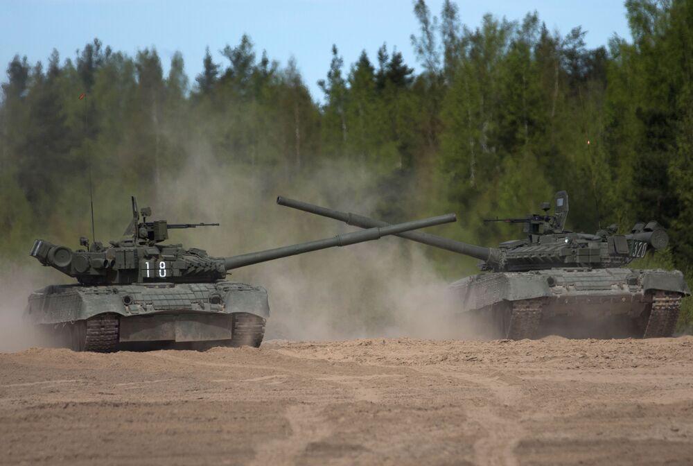 Czołg T-80 na poligonie w obwodzie leningradzkim