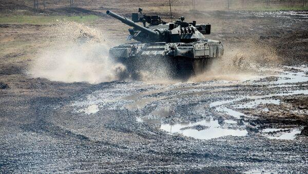 Czołg T-80 w obwodzie moskiewskim - Sputnik Polska