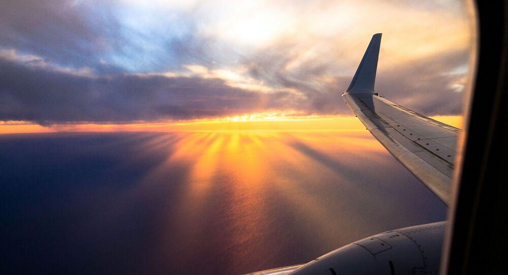Skrzydło samolotu w niebie