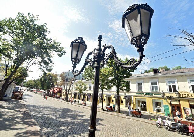 Uliczne lampy przy ulicy Deribasowskiej w Odessie