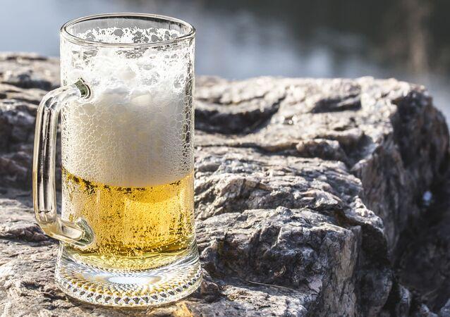 Kufel piwa na kamieniu
