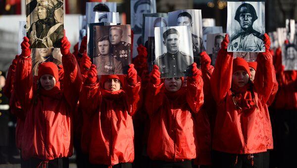 Nieśmiertelny Pułk podczas uroczystej defilady na Placu Czerwonym 7 listopada 2015 roku - Sputnik Polska