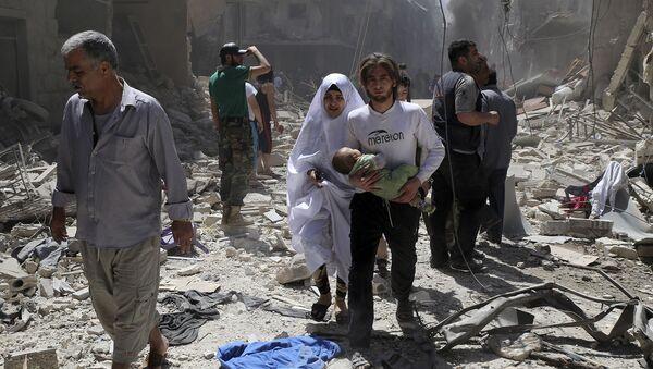 Syryjczycy wśród ruin po ostrzale kwartału Bustan Al Qasr w Aleppo - Sputnik Polska