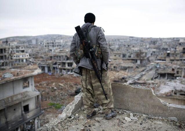 Syryjski kurdyjski snajperem w miejscowości Ajn al-Arab