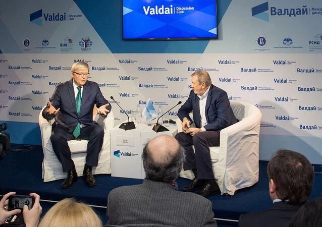 Były premier Australii Kevin Rudd i przewodniczący Rady Klubu Wałdajskiego Andriej Bystrzycki w czasie spotkania klubu