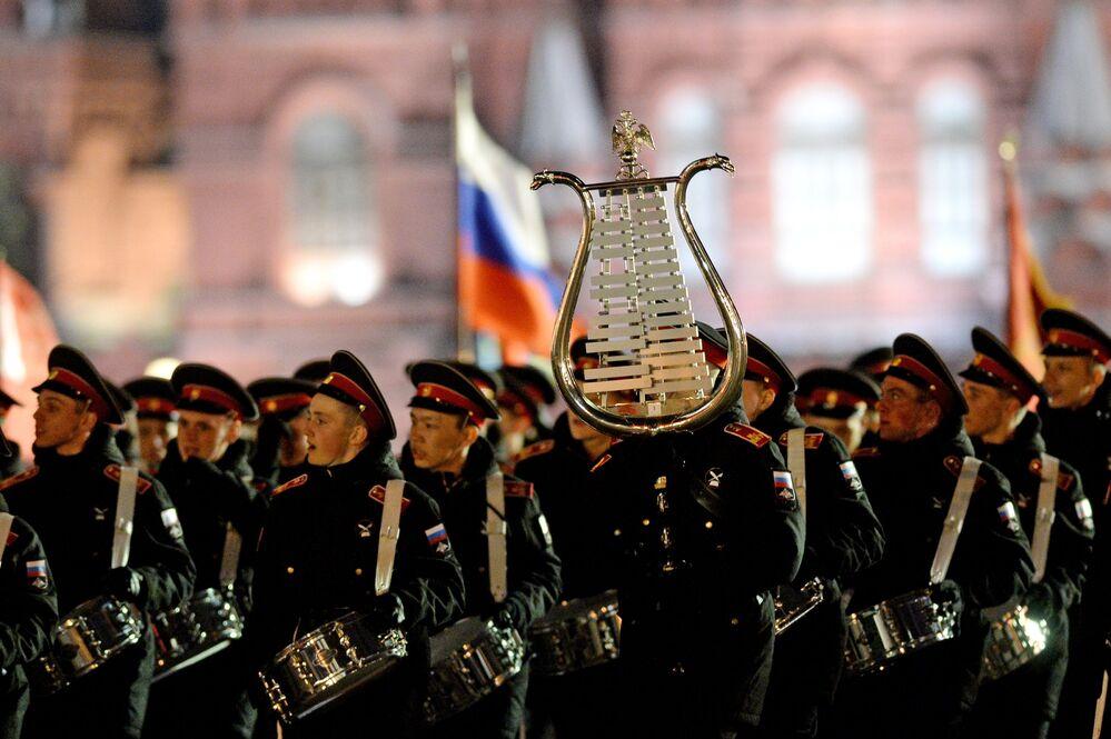 Żołnierze podczas nocnej próby parady przed Dniem Zwycięstwa.