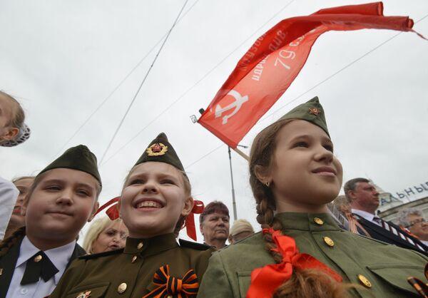 Dzieci podczas przyjazdu retro pociągu Pobieda na stację Mineralne Wody - Sputnik Polska