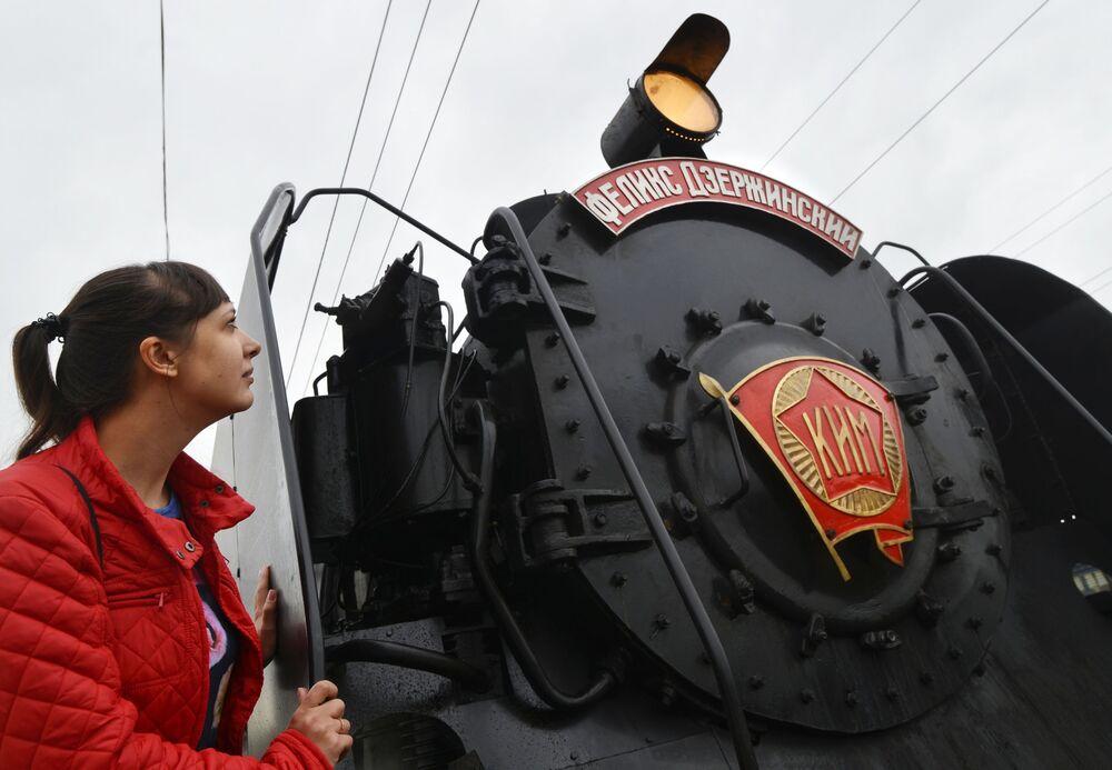 Przyjazd retro pociągu Pobieda na stację Mineralne Wody