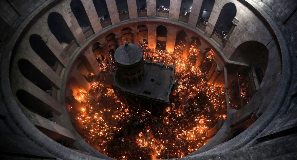 Cudowne zstąpienie Świętego Ognia w Bazylice Grobu Świętego w Jerozolimie