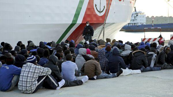 Migranci z Afryki, Włochy - Sputnik Polska