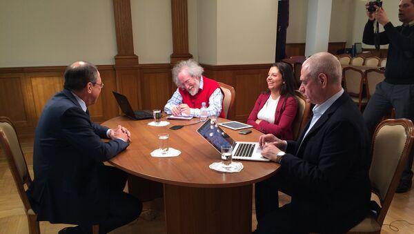 Minister spraw zagranicznych Siergiej Ławrow i Margarita Simonjan, Aleksiej Wieniediktow i Siergiej Dorenko przed rozpocięciem wywiadu - Sputnik Polska