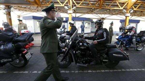 Członkowie klubu motocyklowego Nocne Wilki na przejściu granicznym w Brześciu - Sputnik Polska