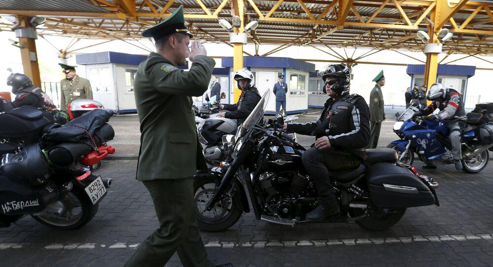 Członkowie klubu motocyklowego Nocne Wilki na przejściu granicznym w Brześciu
