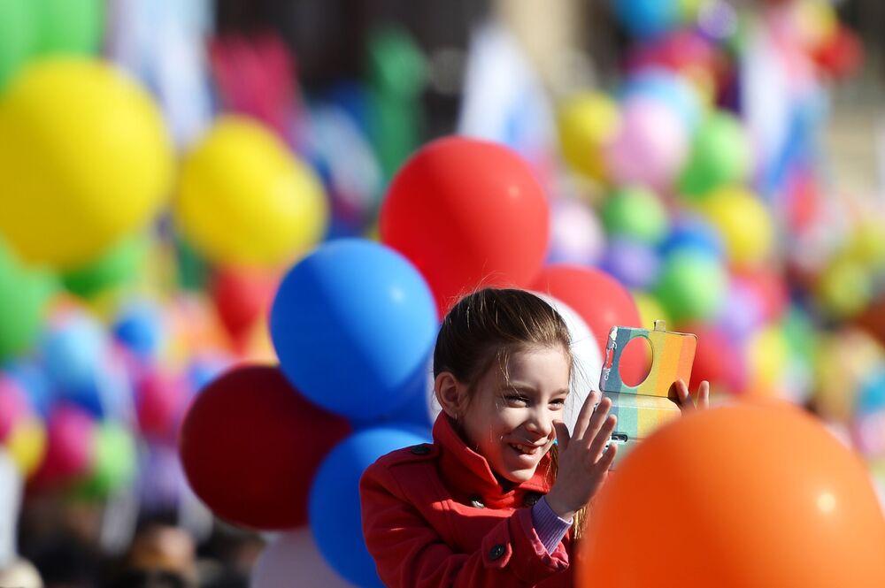 Uczestniczka pochodu pierwszomajowego na placu Czerwonym