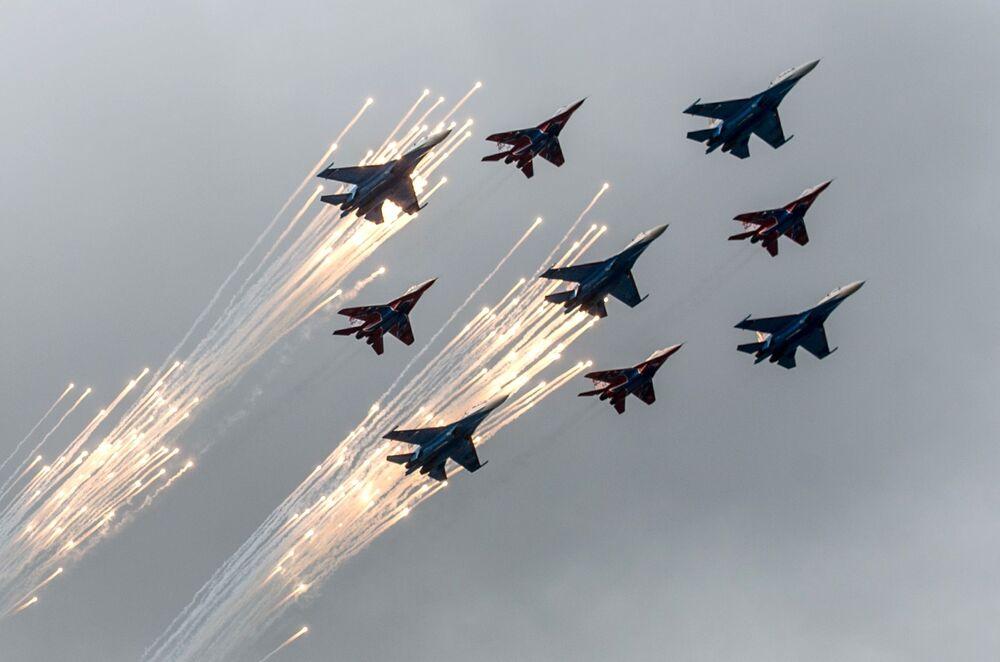 Grupa myśliwców  Su-27 i MiG-29