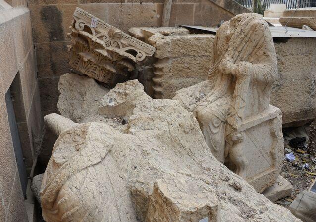Uszkodzone eksponaty na podwórku Muzeum Narodowego w Palmyrze