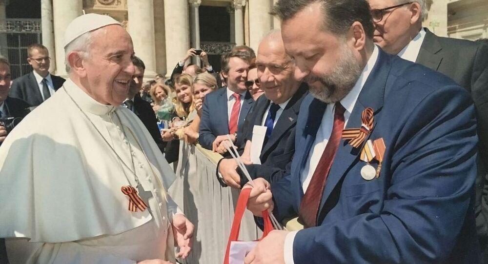 Papież Franciszek  ze wstążką św. Jerzego