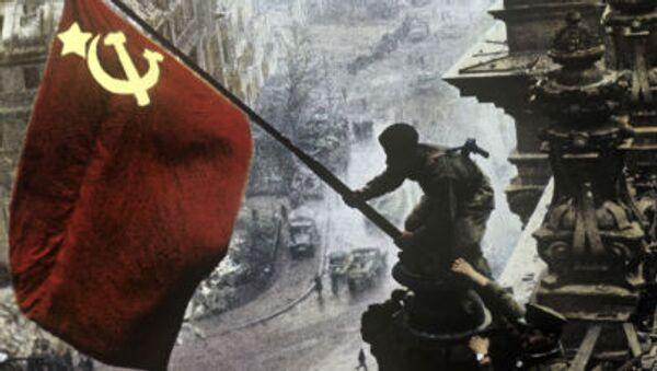 Sztandar Zwycięstwa na dachu Reichstagu w Berlinie - Sputnik Polska