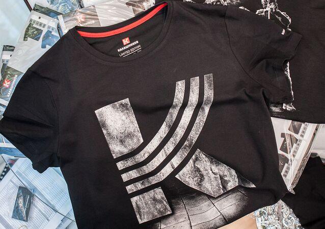 Koszulka z logo koncernu Kałasznikow