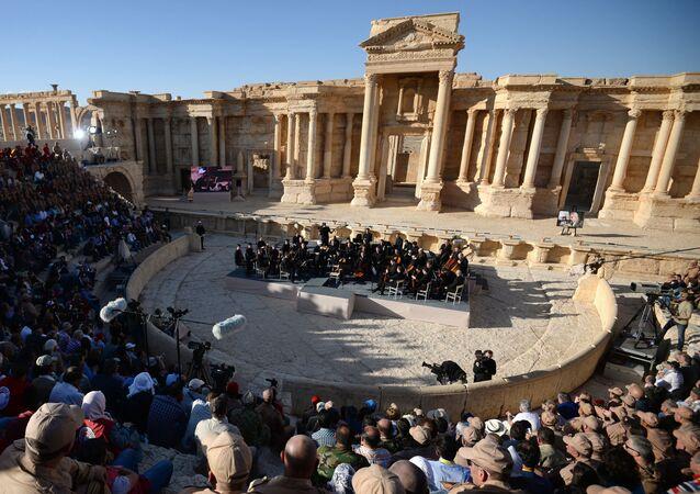 Orkiestra symfoniczna Teatru Maryjskiego pod batutą Walerija Gergijewa gra w syryjskiej Palmirze.