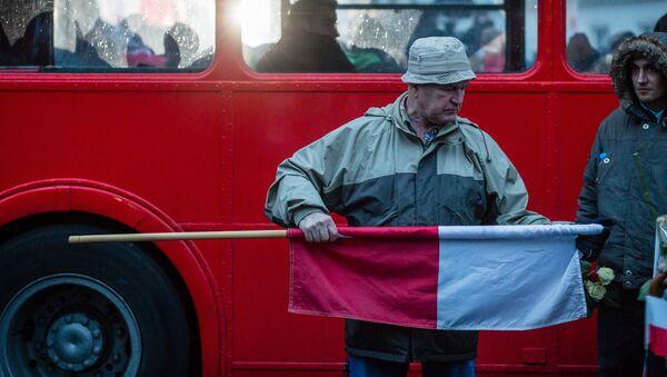 Mężczyzna z polską flagą - Sputnik Polska