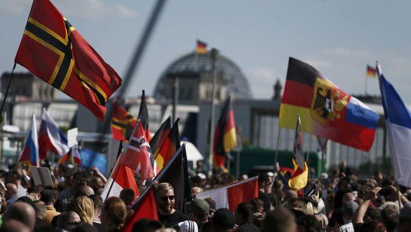 Demonstracja w Berlinie przeciw polityce Angeli Merkel - Sputnik Polska