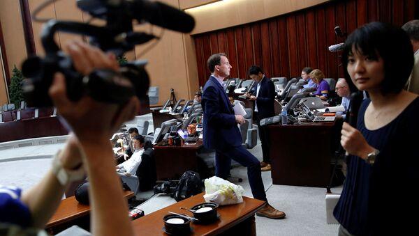 Zagraniczny reporter prowadzący reportaż w czasie zjazdu partii rządzącej w Pjongjangu - Sputnik Polska