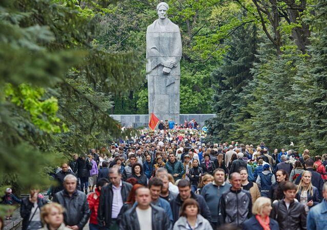 Mieszkańcy miasta przy Memoriale Sławy w Charkowie