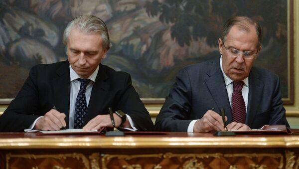 Przewodniczący zarządu spółki Gazprom Nieft Aleksander Diukow i minister spraw zagranicznych Rosji Siergiej Ławrow podpisują porozumienie między MSZ Rosji i spółką - Sputnik Polska