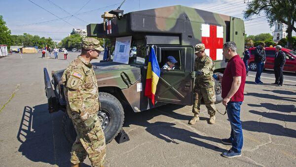 Obywatele oglądają amerykański sprzęt wojskowy w Kiszyniowie - Sputnik Polska