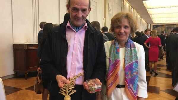 Francuskie małżeństwo Floch z nagrodami dla rodziny zabitego w Palmirze rosyjskiego oficera Aleksandra Prochorenko - Sputnik Polska