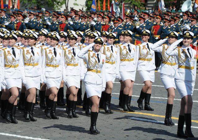 Kursantki Akademii Wojskowej Ministerstwa Obrony Rosji i  Wojskowej Akademii Logistyki i Transportu na Placu Czerwonym