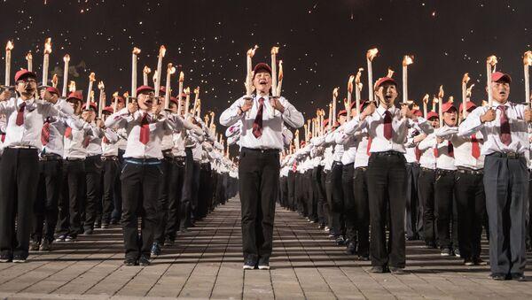 """Pjongjang: dziesiątki tysięcy młodzieńców z pochodniami tworzą slogany """"Songun"""", """"Kim Ir Sen"""" etc - Sputnik Polska"""