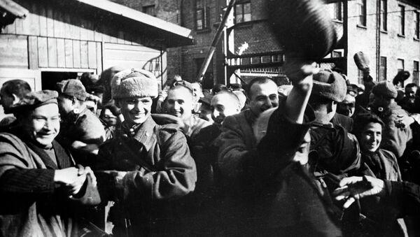 Więźniowie Auschwitz po wyzwoleniu przez Armię Czerwoną, styczeń 1945 - Sputnik Polska