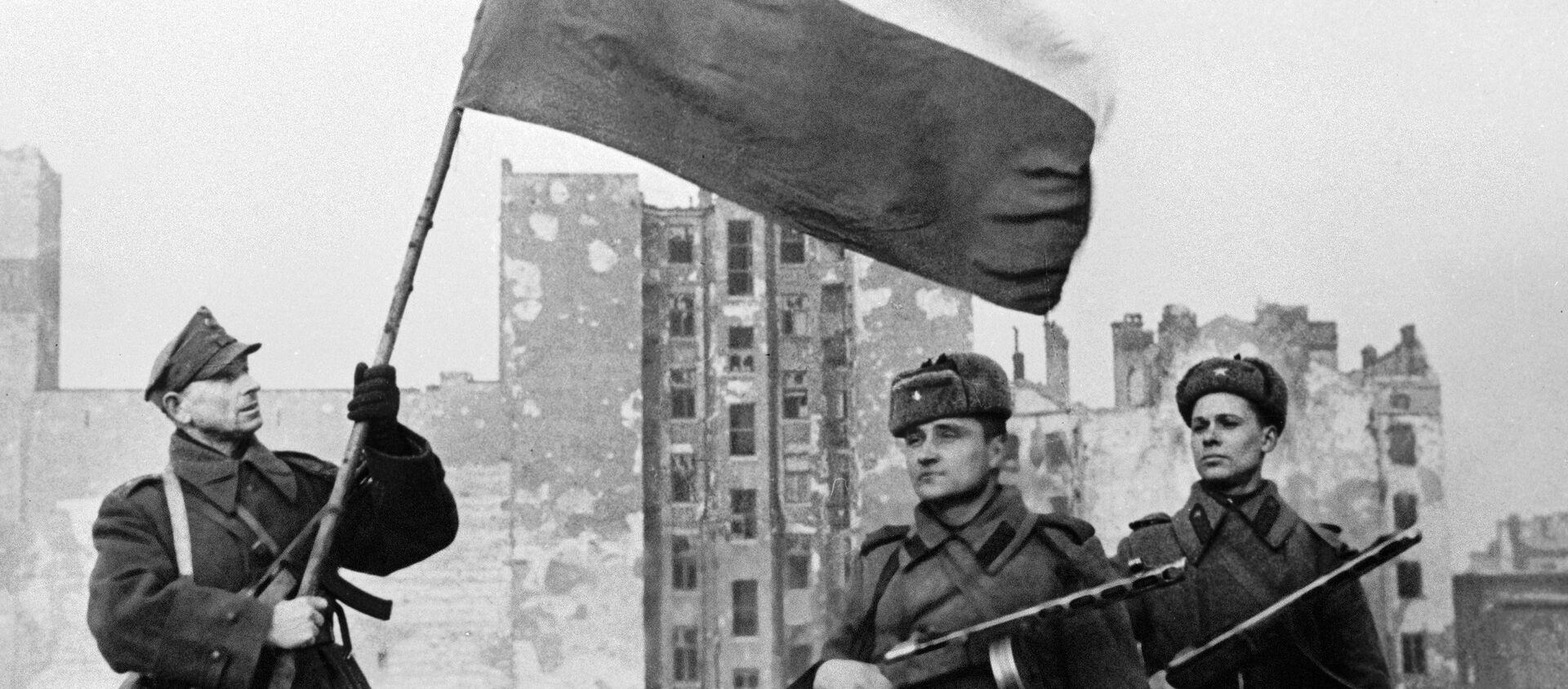 Wyzwolenie Warszawy. Radzieccy żołnierze oraz żołnierz Wojska Polskiego z polską flagą - Sputnik Polska, 1920, 17.01.2021