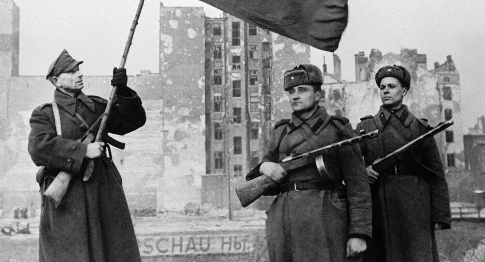 Wyzwolenie Warszawy. Radzieccy żołnierze oraz żołnierz Wojska Polskiego z polską flagą.
