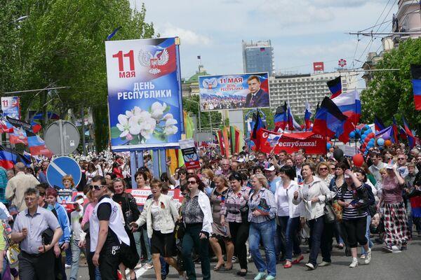 Tego dnia w Doniecku odbyła się wielotysięczna demonstracja, miał miejsce również świąteczny koncert. - Sputnik Polska