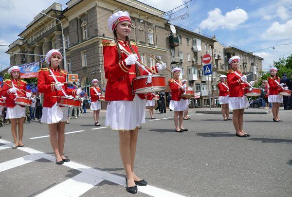 Uczestnicy uroczystego marszu poświęconego drugiej rocznicy ogłoszenia niezależności Donieckiej Republiki Ludowej. - Sputnik Polska