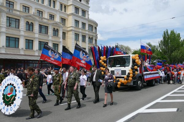 Główną ulicą Doniecka przejechały maszyny rolnicze i samochody ciężarowe z symbolami przedstawiającymi szczególne cechy rejonów DRL. - Sputnik Polska