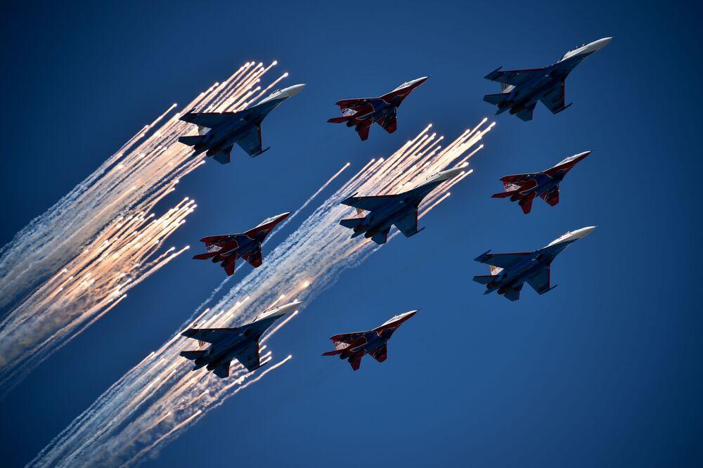Samoloty Su-27 i MiG-29 podczas Dnia Zwycięstwa na placu Czerwonym w Moskwie
