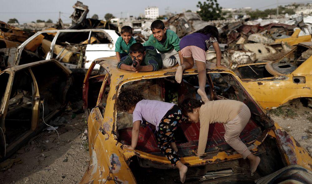 Palestyńskie dzieci bawią się w Strefie Gazy