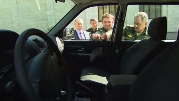 Klamka w ręku generała podczas prezentacji Putinowi nowego pojazdu dla armii - Sputnik Polska