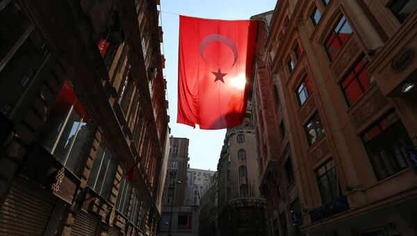 Turecka flaga na jednej z miejskich ulic - Sputnik Polska