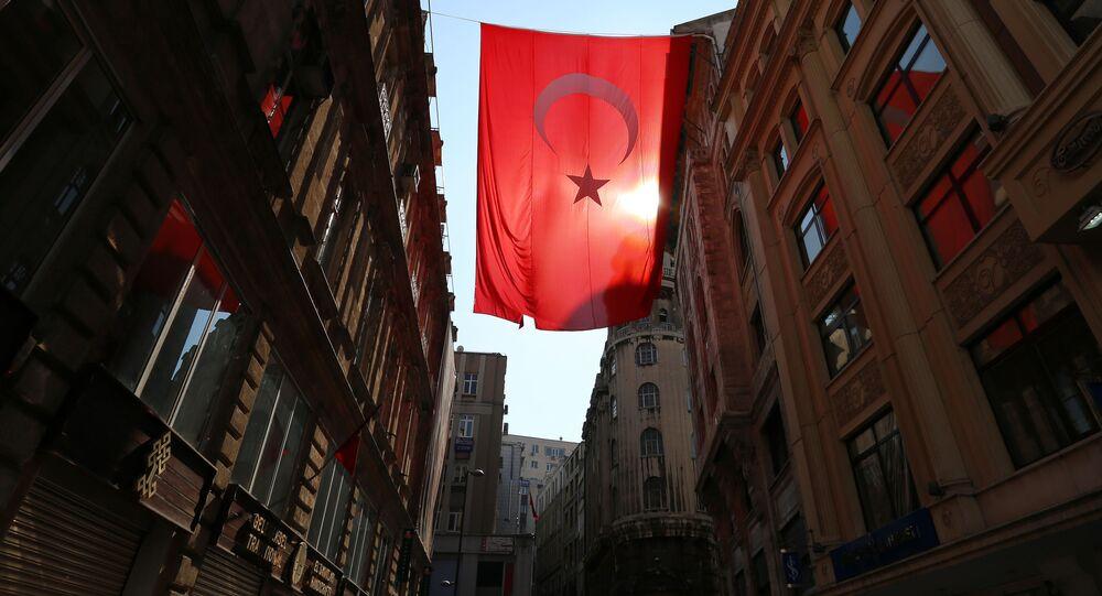 Turecka flaga na jednej z miejskich ulic