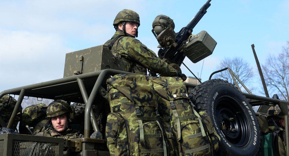 Żołnierz wojska czeskiego na ćwiczeniach NATO w Pardubicach