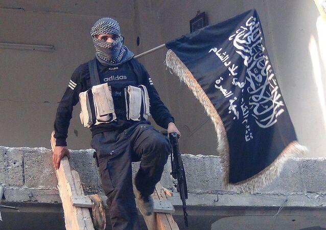 Bojownik Al-Kaidy z flagą