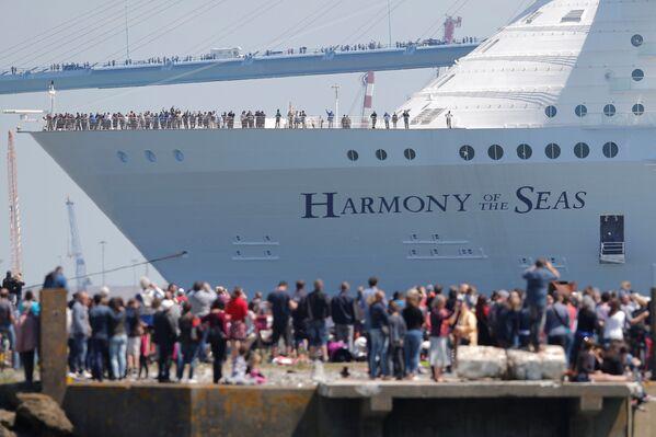 Wyporność statku Harmony of the Seas wynosi 227,5 tysięcy ton, jego szerokość to 66 metrów, długość – 362 metry. Na jego burcie zmieści się 6,4 tysiąca pasażerów i ponad 2 tysiące członków załogi. - Sputnik Polska
