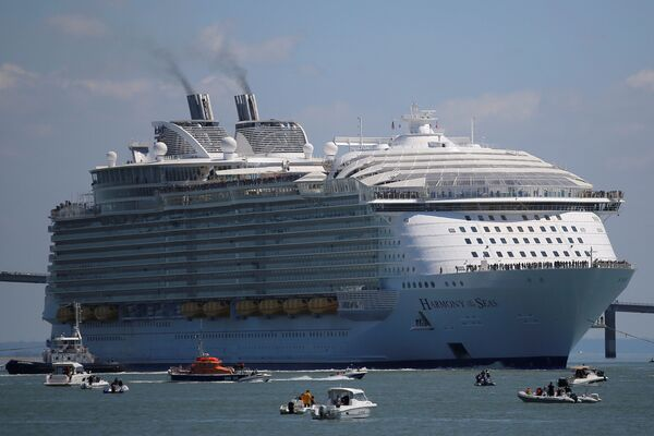 Budowa Harmony of the Seas stała się atrakcją. Wysokość statku liczy 72 metry, czyli mniej więcej tyle samo, co 20-piętrowy wieżowiec. - Sputnik Polska