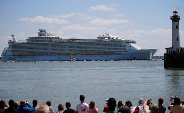 """Do tej pory miano największego pasażerskiego statku wycieczkowego nosił oddany do eksploatacji w 2010 roku Allure of the Seas, który jest krótszy od swojego """"brata"""" o zaledwie 2 centymetry. - Sputnik Polska"""