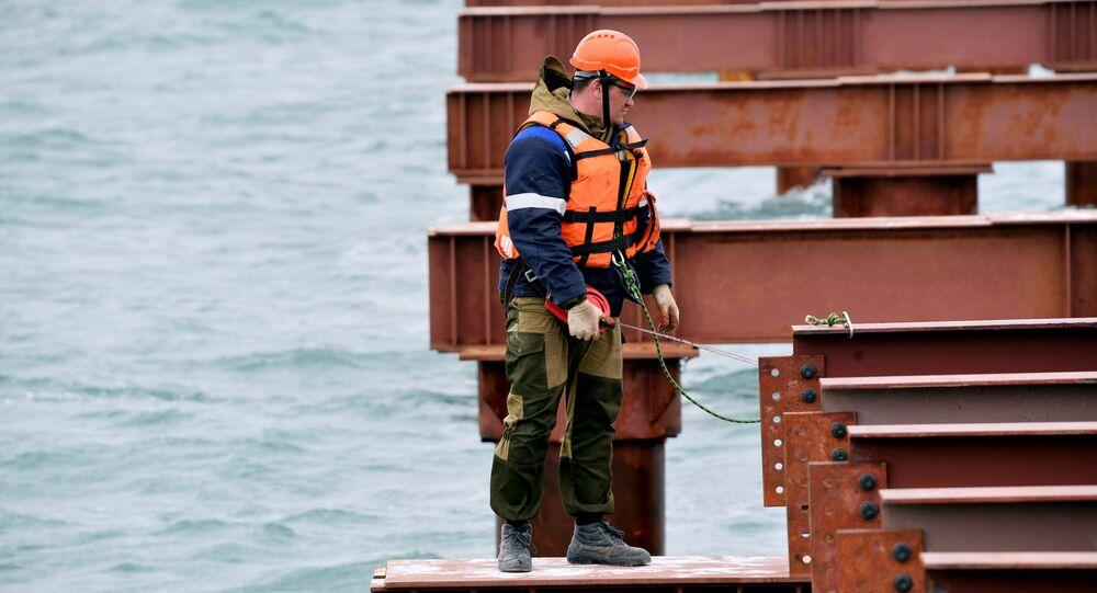 Robotnik przy budowie mostu przez Cieśninę Kerczeńską na Krym